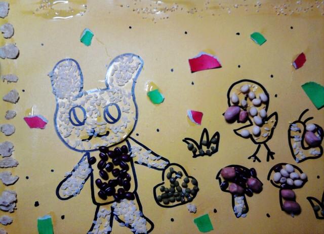 悦悦的杂粮粘贴画 小白兔采蘑菇